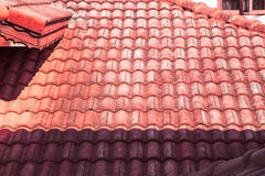 红色屋顶、光和阴影 免版税库存图片