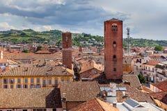 红色屋顶和中世纪塔晨曲,意大利 图库摄影