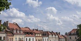 红色屋顶和多云天空 图库摄影