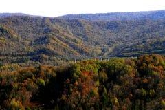 红色山的秋天风 库存图片