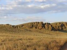红色山的美丽的景色 在干草原的自然海拔 库存图片