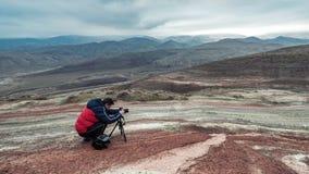 红色山的自然摄影师 免版税图库摄影