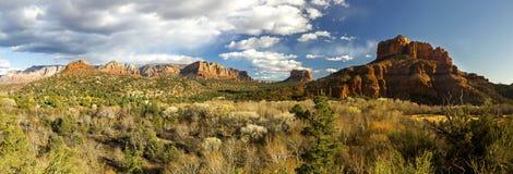 红色岩石国家公园宽全景风景在Sedona亚利桑那 库存图片