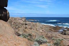 红色岩石对比和蓝色海洋和天空在西部澳大利亚海岸在Leeuwin-Naturaliste国家公园 免版税库存照片