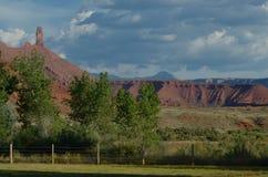红色岩石小山南部的犹他远景在夏日 库存图片