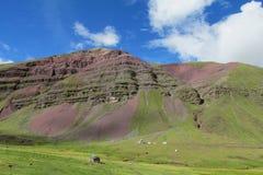 红色岩石小山在秘鲁 免版税库存照片