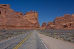 红色岩石山在拱门国家公园 库存照片