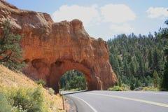 红色岩石山谷路裁减THR0UGH岩石 免版税库存图片