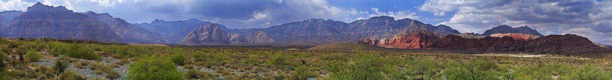红色岩石峡谷全景沙漠和山在内华达 图库摄影