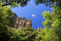 红色岩石峭壁oabove Blavet峡谷的机盖,在法国南部 库存照片