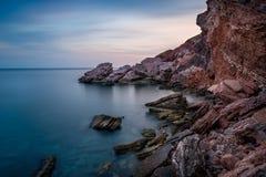 红色岩石海岸 免版税库存照片