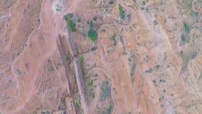 红色岩石空中录影与缺乏植被和干河的 股票录像