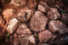 红色岩石铁路轨道,石背景葡萄酒过滤器 免版税库存图片