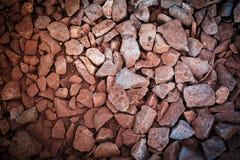 红色岩石铁路轨道,石背景葡萄酒过滤器 免版税库存照片