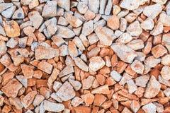 红色岩石铁路轨道,石背景 免版税库存图片