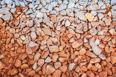 红色岩石铁路轨道,石背景 图库摄影