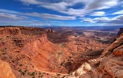 红色峡谷在蓝天下 免版税库存图片