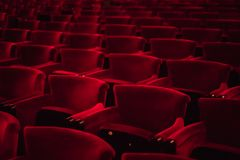 红色布料位子在一个空的戏院大厅里 免版税库存图片