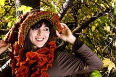 红色布料的圣诞节女孩微笑着 免版税库存图片