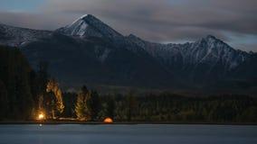 红色帐篷时间间隔在山的森林早晨湖 股票录像