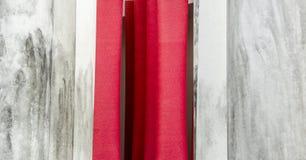 红色帷幕和石柱子 免版税库存照片