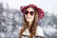 红色帽子和太阳镜的高兴小姐 库存照片
