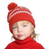 红色帽子和毛线衣的愉快的小男孩 免版税库存照片
