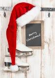 红色帽子和黑板 葡萄酒样式圣诞节装饰 库存图片
