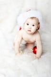 红色帽子的圣诞节婴孩在毛皮 免版税库存图片