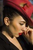 红色帽子的妇女。红色嘴唇和修指甲。 免版税库存照片