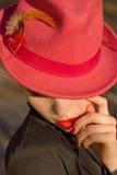 红色帽子的妇女。红色嘴唇和修指甲。 免版税图库摄影