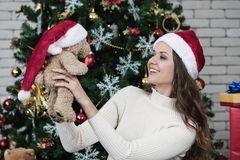 红色帽子的年轻和美丽的白种人妇女和运载女用连杉衬裤 免版税库存图片