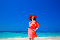 红色帽子的美丽的端庄的妇女享用在异乎寻常的海, tropi的 免版税库存照片