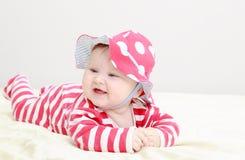 红色帽子的逗人喜爱的女婴 库存照片