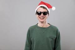 红色帽子的年轻人 免版税库存图片
