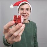 红色帽子的年轻人 免版税库存照片