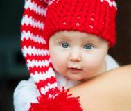 红色帽子的婴孩 免版税图库摄影