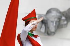 红色帽子身分的少妇 免版税库存照片