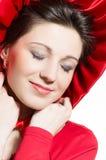 红色帽子,戴红色礼服&帽子的年轻典雅的愉快的妇女 免版税库存图片
