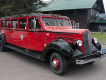 红色干扰发射台公共汽车,冰川国家公园 图库摄影