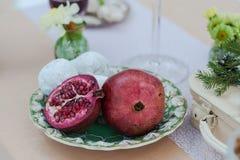 红色干萄酒和石榴石葡萄酒陶器晚餐 库存图片