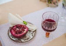 红色干萄酒和石榴石葡萄酒陶器晚餐 免版税库存照片