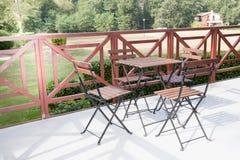 红色庭院套椅子和桌,金属 图库摄影