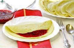 红色开胃无核小葡萄干的薄煎饼 库存图片