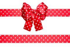 红色弓和丝带与由丝绸做的白色圆点 库存照片