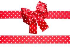红色弓和丝带与由丝绸做的白色圆点 库存图片
