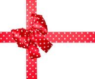 红色弓和丝带与由丝绸做的白色圆点 免版税库存图片
