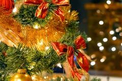 红色弓和圣诞节球在冷杉 库存图片