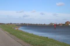 红色引导的岗位在河Hollandsche标记安全水路的IJssel在水中 库存图片