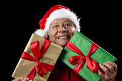 红色张口结舌的老人横跨两件被包裹的礼物 库存照片